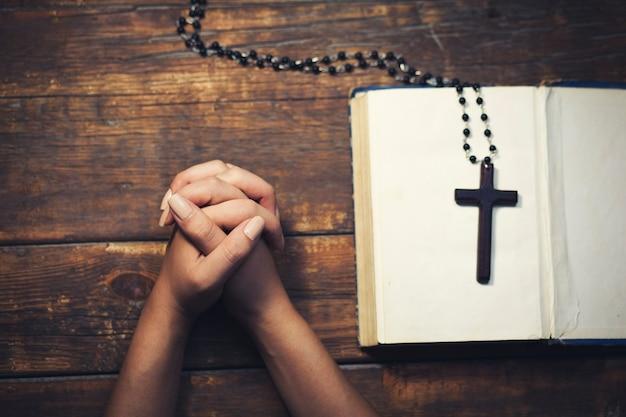 Молящая женщина