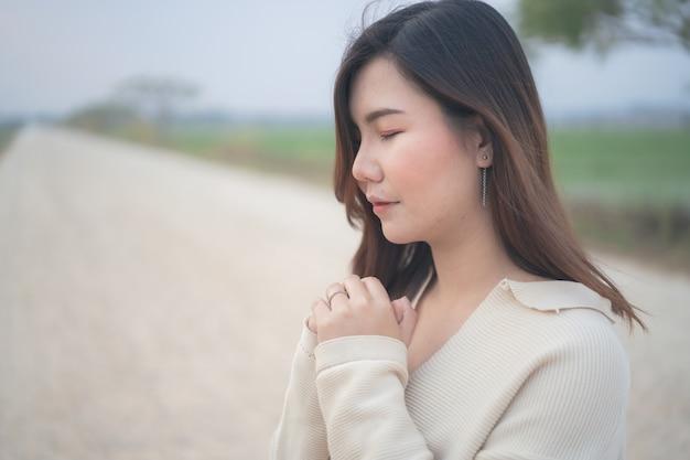 Женщина молится о благословении бога и желает лучшей жизни