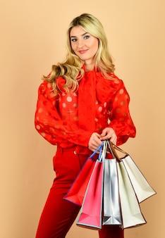 여자는 휴일을 준비합니다. 구매에 대한 절약. 가방과 함께 섹시 한 여자입니다. 완벽한 구매. 성공적인 쇼핑 후. 정리 판매 개념입니다. 판매 및 할인. 소녀 온라인 쇼핑입니다. 무거운 가방들.