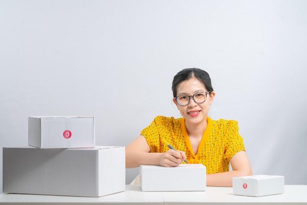 Женщина готовится к доставке клиентам