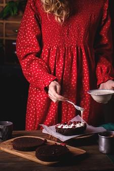초콜릿 케이크를 준비하는 여자