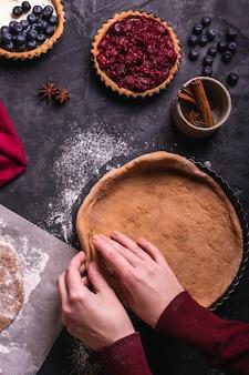Женщина готовит рождественский пирог с вишней