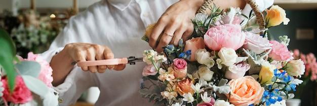 花を準備して配置する女性