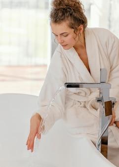入浴用の浴槽を準備している女性
