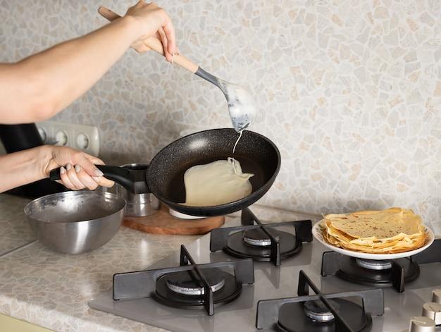 집에서 부엌에서 아침 식사를 준비하는 여자