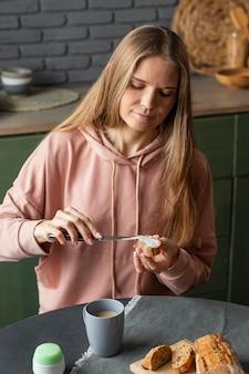 Donna che prepara la colazione colpo medio