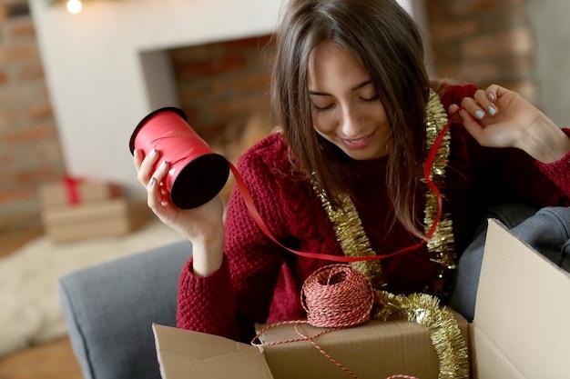 家でクリスマスの飾りを準備する女性