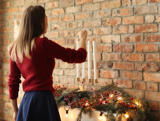 Женщина готовит рождественские украшения дома