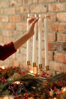 Donna che prepara la decorazione di natale a casa