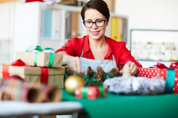 크리스마스 장식을 준비하는 여자