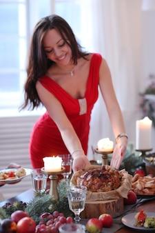크리스마스 저녁 식사를 준비하는 여자