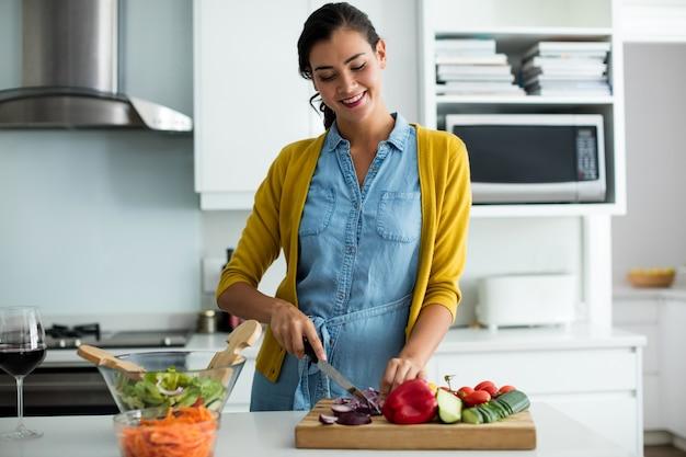 自宅のキッチンで食事を準備している女性