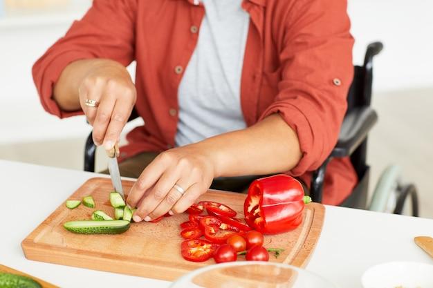 食糧を準備する女性