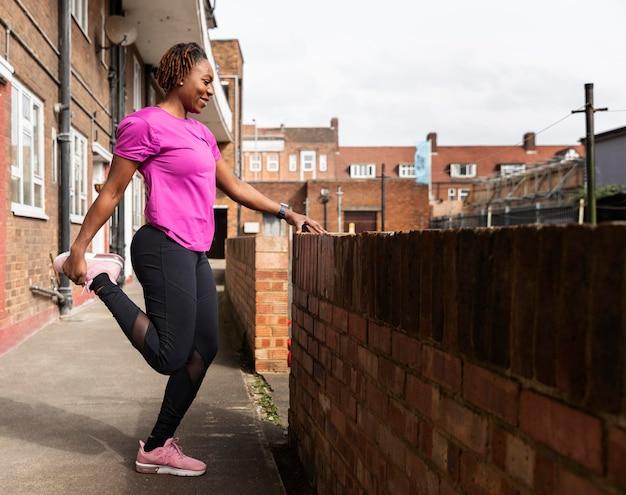 スポーツウェアのトレーニングの準備をしている女性