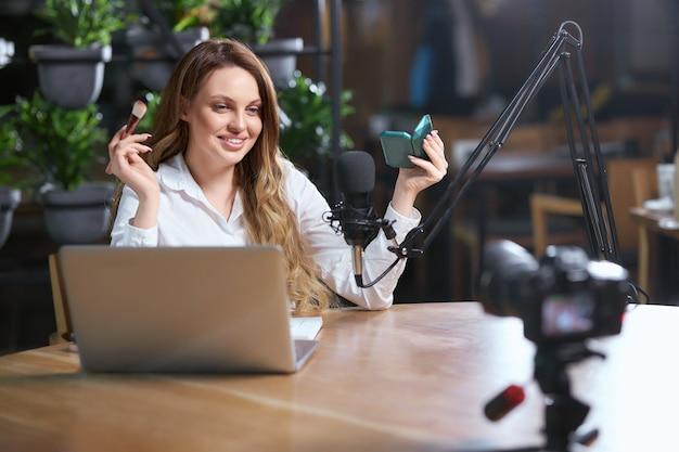 팔로어와 온라인 커뮤니케이션을 준비하는 여성