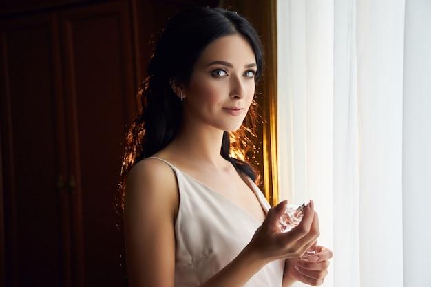 Женщина готовится к свадебной церемонии