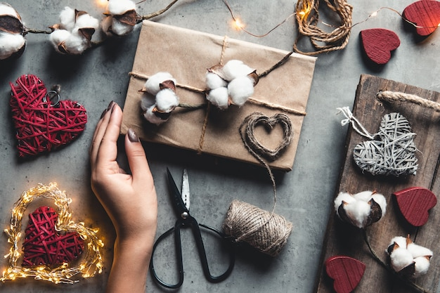 Женщина готовит подарок для упаковки на день святого валентина
