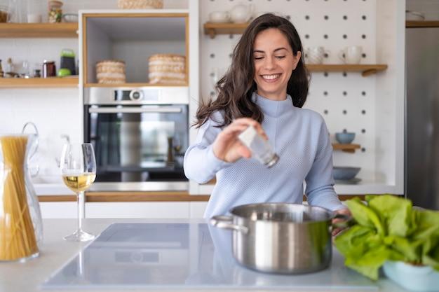 台所で食事を準備している女性