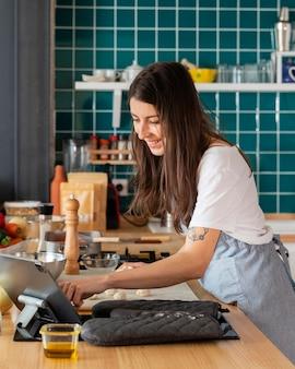 Женщина готовит еду средний выстрел