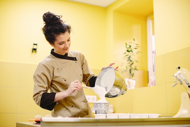 ペストリーを準備する女性。コートの菓子屋。