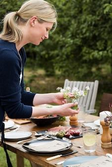 저녁 식사 테이블을 준비하는 여자