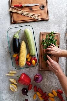 Женщина готовит овощи