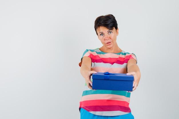 스트라이프 티셔츠에 선물 상자를 제시하는 여자