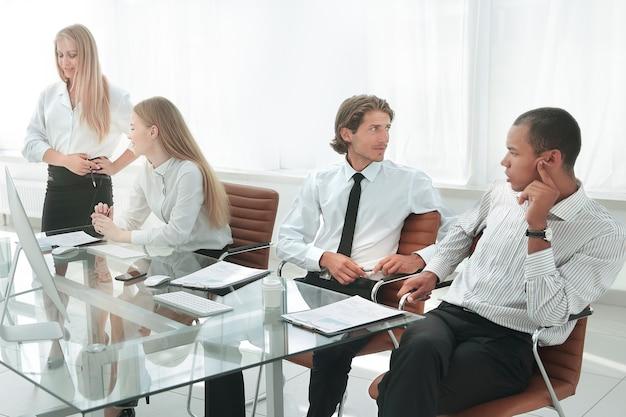 会議で同僚に自分のアイデアを提示する女性。
