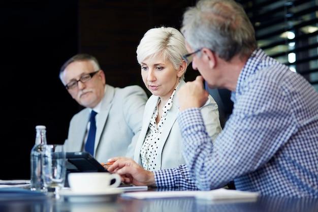 デジタルタブレットでプロジェクトを提示する女性