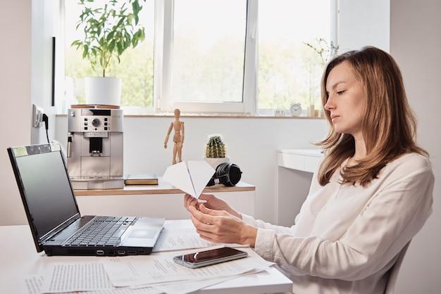 女性は職場で先延ばしになります。ホームオフィスでのリモートワークのフリーランサー。怠惰なサラリーマン
