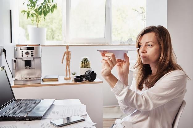 女性はホームオフィスでのリモートワークで職場のフリーランサーで先延ばし