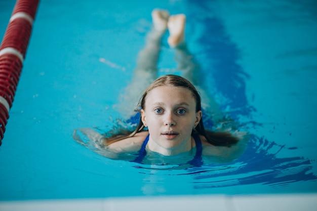 Профессиональный пловец женщины в бассейне