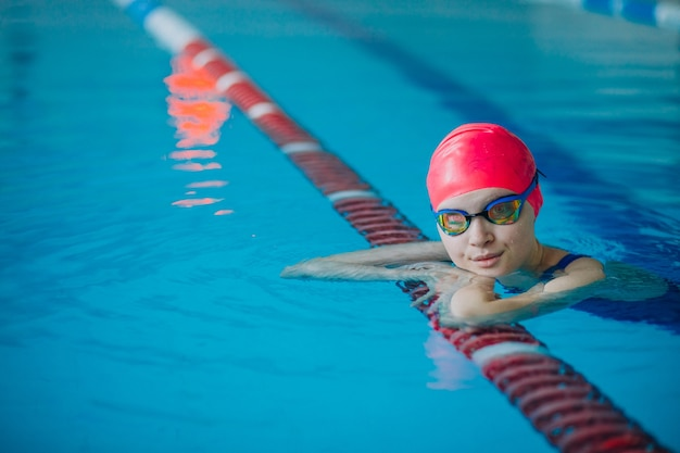 スイミングプールで女性プロの水泳選手