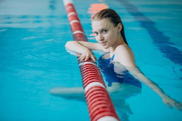 Nuotatore professionista donna in piscina