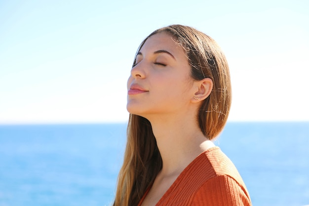 ビーチで深い新鮮な空気を呼吸する女性の横顔の肖像画