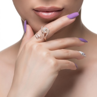 Женщина продвигая золотое кольцо дизайн в ее палец.