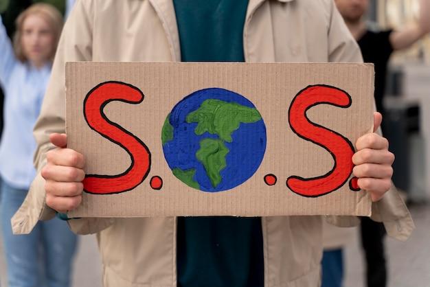Donna che protesta per il riscaldamento globale