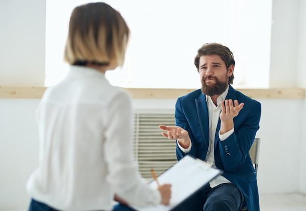 여성 심리학자는 환자의 문제 우울증 진단과 의사 소통합니다. 고품질 사진