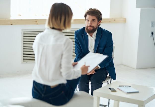 Женщина-психолог общается с пациентом проблемы депрессии диагностика пациента