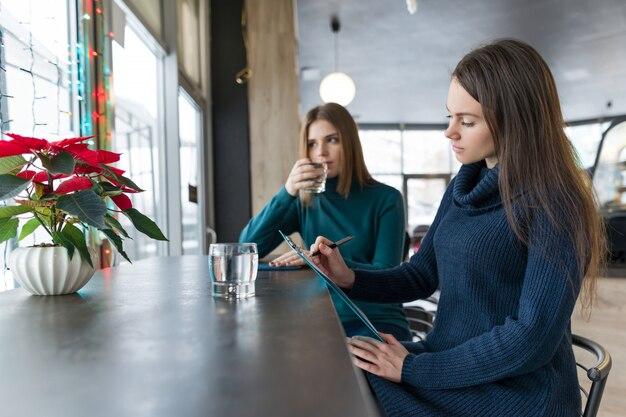 Женщина психолог консультирование разговаривает с молодой девушкой.