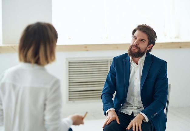 환자 의사소통 문제 상담 옆에 있는 여성 심리학자