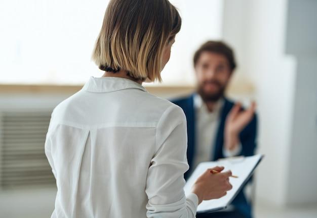Психолог женщина рядом с пациентом консультации проблемы общения