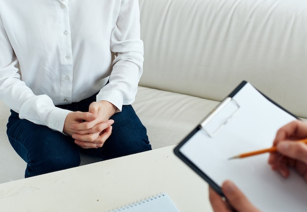 Женщина психолог работать с пациентом помощь консультации лечения. фото высокого качества