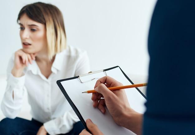 여성 심리학자는 환자 도움 상담 치료와 함께 일합니다.