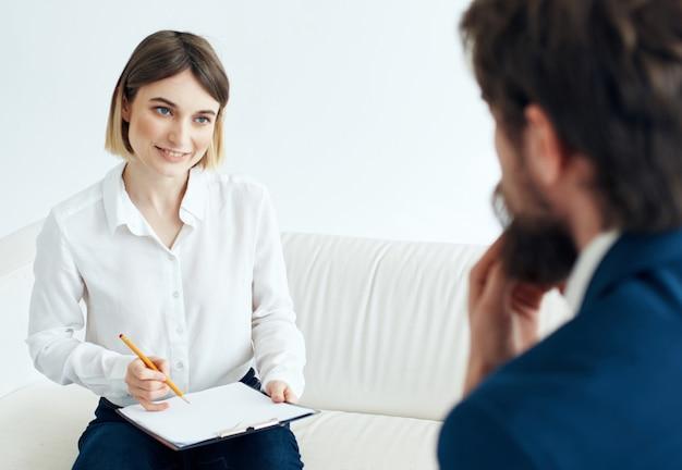 Женщина-психолог, работающая с проблемами общения с пациентом