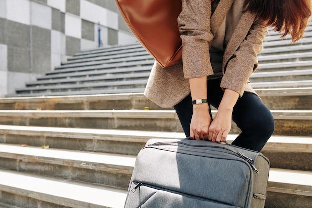荷物を引っ張る女性
