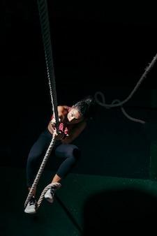 Женщина натягивает веревку