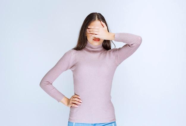 La donna in camicia viola ha sonno o ha mal di testa.