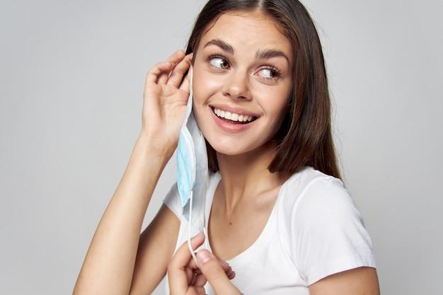 彼女の顔に医療マスクを置く女性側ビュー笑顔トリミングビュー