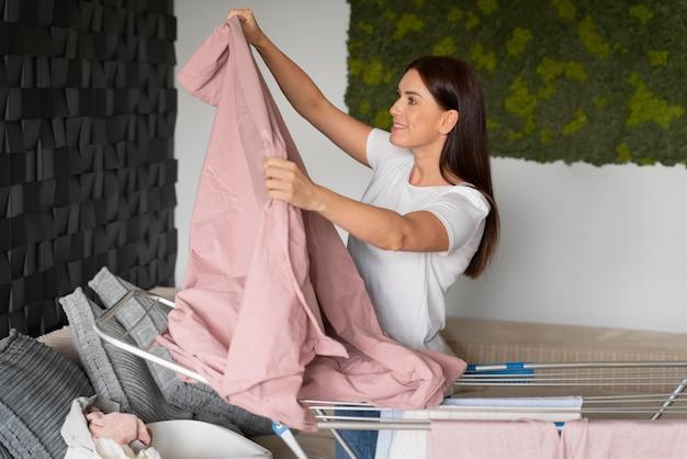 自宅の乾燥機に服を着る女性